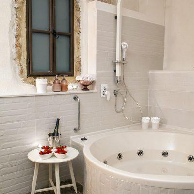 אמבט ג'קוזי מפואר בחדר הפרטי