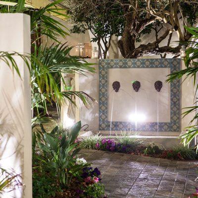 תאורת לילה במזרקה בחצר הקסומה